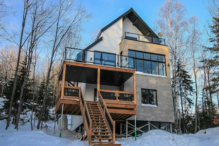 Beautiful lodge 3 floors, view, spa Charlevoix-Iko
