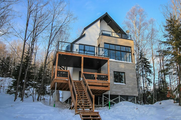 Beautiful lodge 3 floors, view, spa Charlevoix-Iko