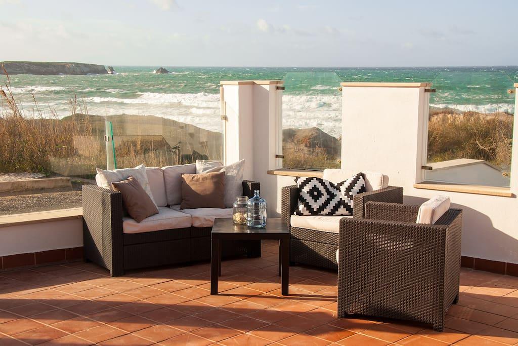 Blick von der Terrasse direkt aufs Meer. Der Strandzugang ist direkt vor der Tür.