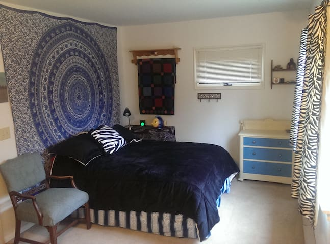 Large comfy room, near MSU campus and amenities - East Lansing - Huis