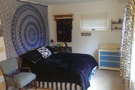Large comfy room, near MSU campus and amenities - East Lansing