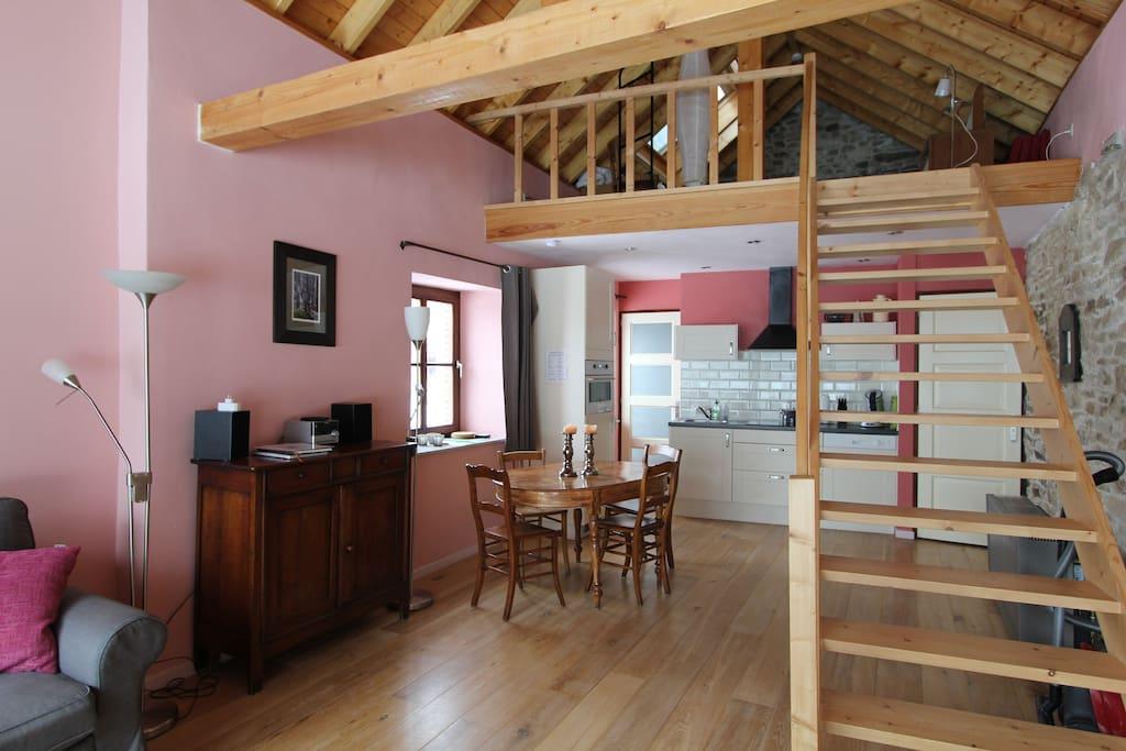 Eetkamer en keuken, daarboven de vide met lits-jumeaux