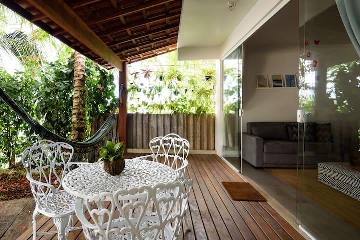 Mesa e rede na varanda