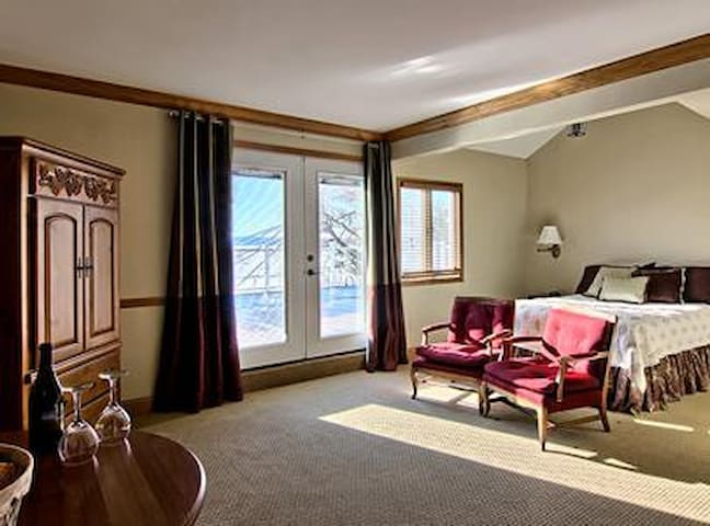 Lakeside suite with queen bed and sitting area