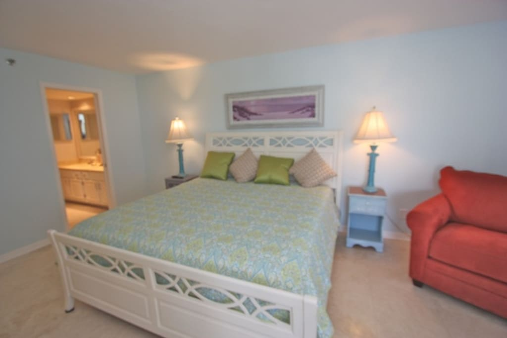 Master Bedroom with King Bed/Private Master Bathroom/Cable TV/Access to Balcony