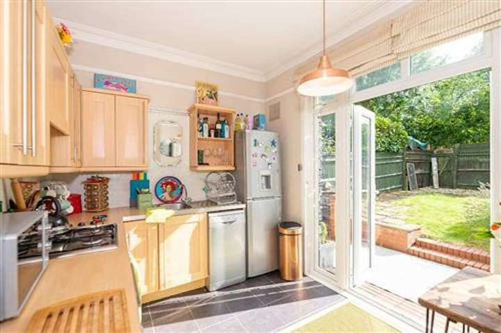 CHILLED WELL-CONNECTED OASIS IN LEAFY LONDON