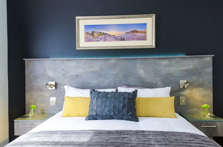Queen bed with luxury Egyptian cotton linen
