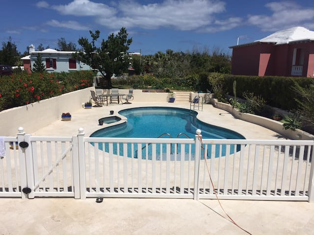 Centrally located Studio w/ pool - Smiths  - Apartment