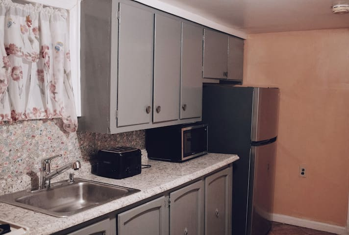 Cozy Apartment w/parking, 5mins from train station