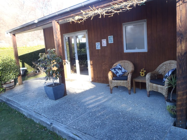Large room & ensuite= peaceful handy to Queenstown