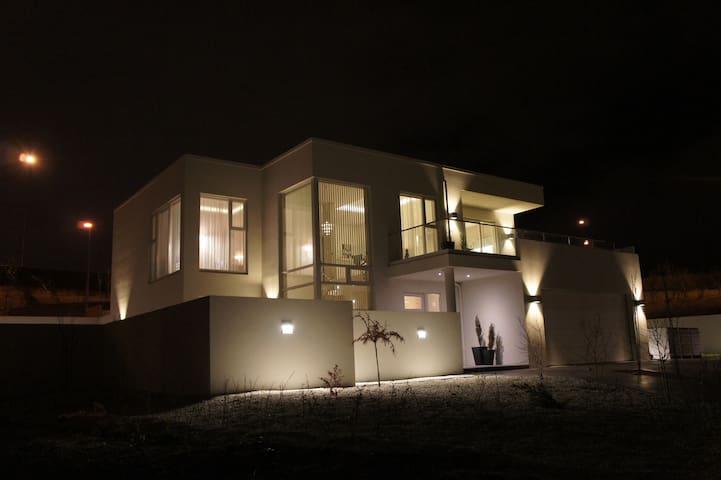 Luxury & Modern Villa, Located Central