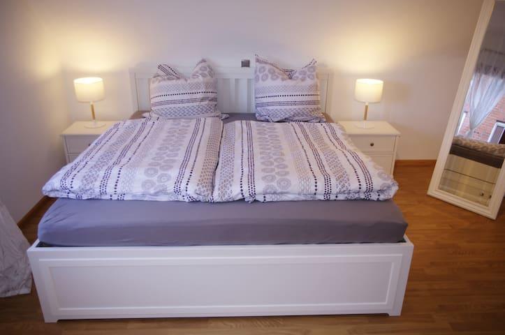 In diesem großen Bett (180cm Breite) schläft es sich herrlich! Das Schlafzimmer verfügt zudem über einen großen Kleiderschrank, eine Kommode und einen großen Bettkasten, damit ihr eure Kleidung unterbringen könnt und nicht aus dem Koffer leben müsst.