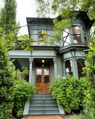 Private apt in historic Italianate style house
