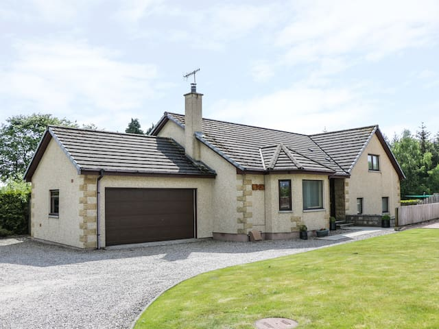 BENVIEW HOUSE, pet friendly, with a garden in Muir Of Ord, Ref 983302