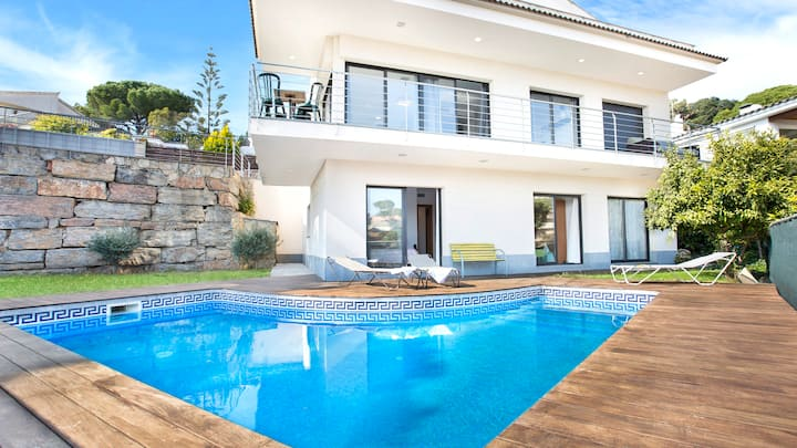Villa with swimming pool and beautiful sea views