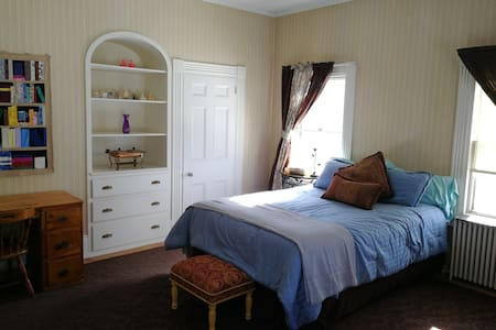 Private pet-friendly suite in historic Bangor home
