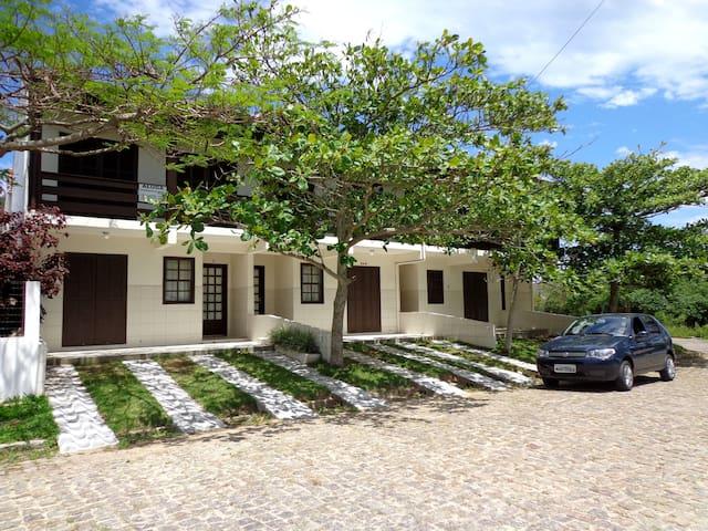 RESIDENCIAL COM CASAS DE 3 DORM. - Praia Garopaba