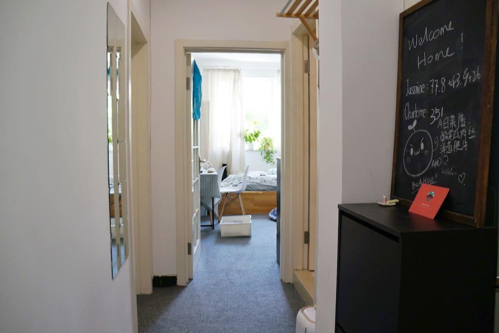 【走廊】从门口望向卧室的视角,正对的是你的卧室哦,左手边的卧室会住着一个萌妹子。