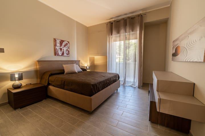 Camera da letto matrimoniale,  materasso e cuscini memory ,con chiave,  cassaforte , grande guardaroba e balcone  vista mare