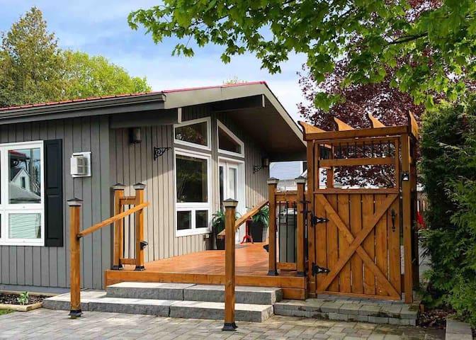 Oak Street Cottage - 3BRM with Backyard Retreat