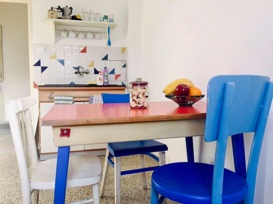 Kitchen - nice, neat, retro...