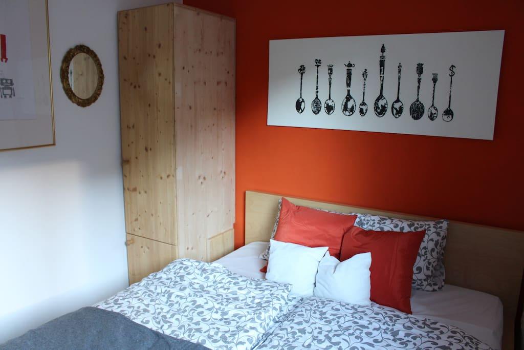 Schlafzimmer mit 2 Schränken 1OG