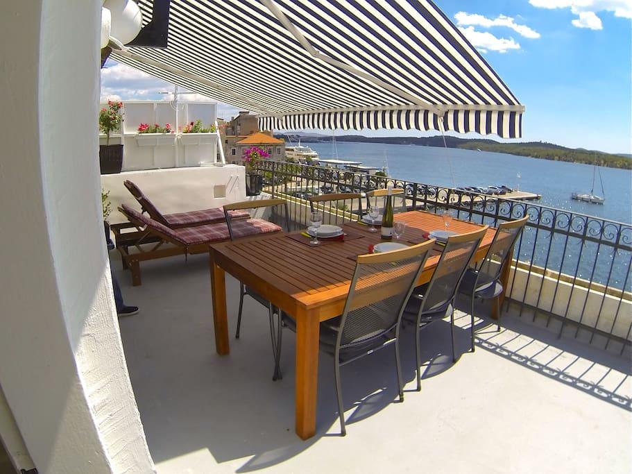 Prevedi  terasa s ležaljkama s najljepšim pogledom  Terrace with sun beds with the best view