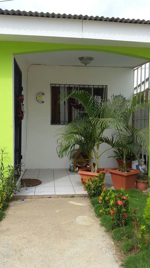 Limpia y fresca habitación, acceso a baño privado.
