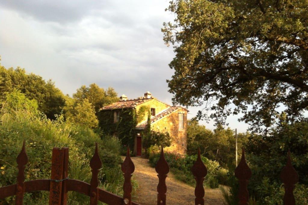 Vista della casa dal cancello sulla strada