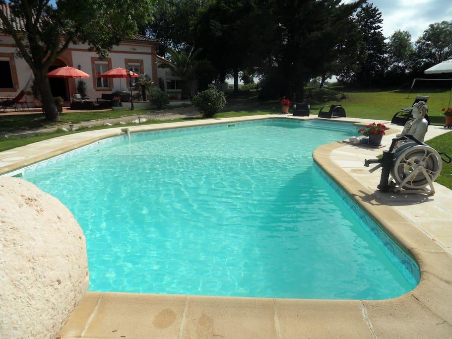 La piscine avec sa meule servant de plongeoir