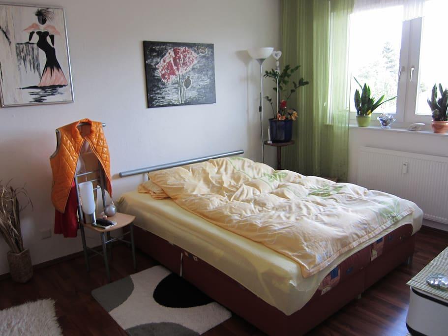 Schlafzimmer, auch mit blickdichtem Rollo