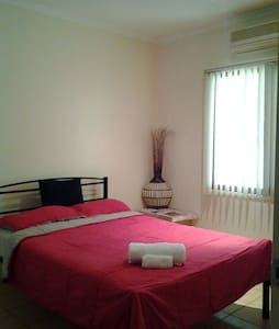 Sunny double Bed  Room in Friendly Family Home