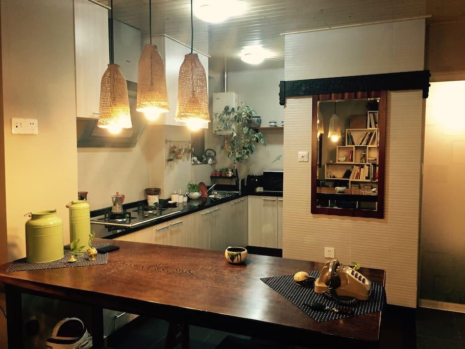 设计师款的鱼篓灯,定制的鸡翅木餐桌以及镜子