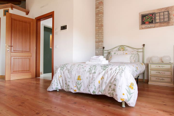 ROOM IN COUNTRY HOUSE - Vascon