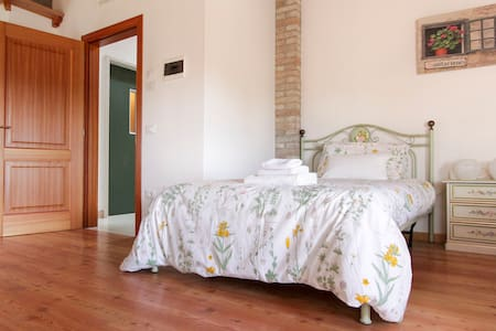 ROOM IN COUNTRY HOUSE - Bed & Breakfast