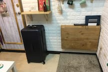 大行李空間不足時,桌子可折疊收起