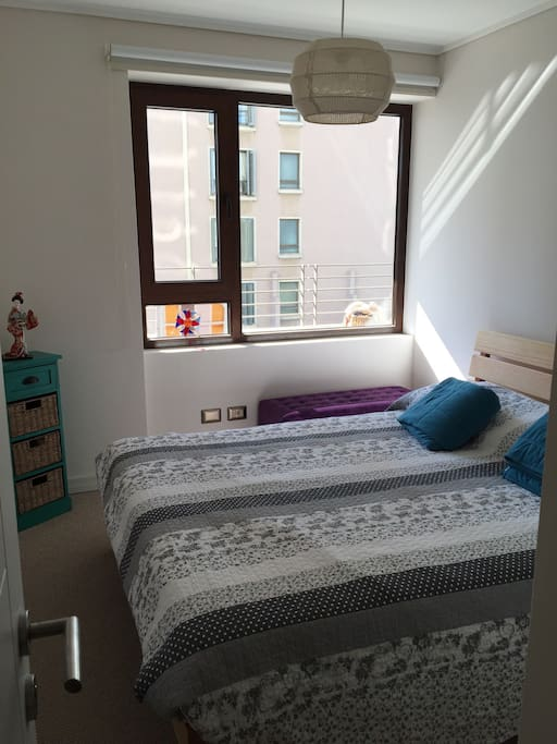 Dormitorio con cama para dos personas