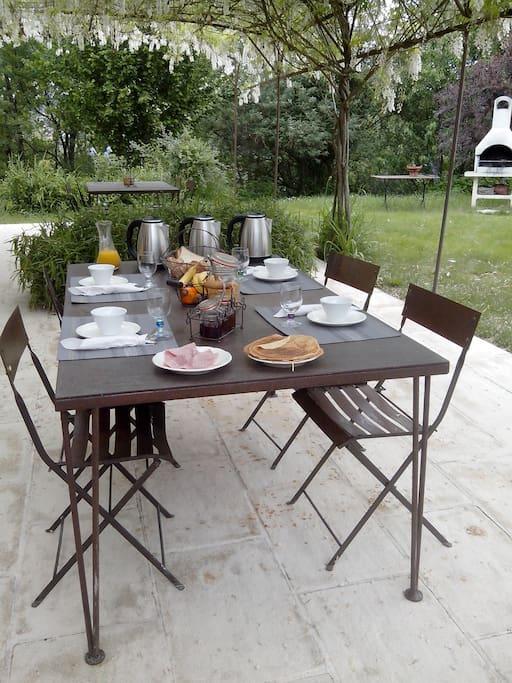 La formule petit déjeuner pris quand le temps le permet sur la terrasse des propriétaires