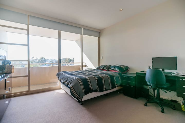 2 Story Modern Fully Furnished Apt - Mascot - Apartment