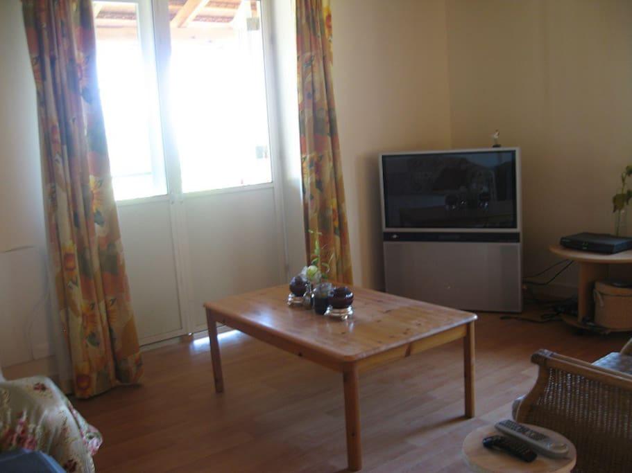 de televisie met bank en diverse makkelijke stoelen