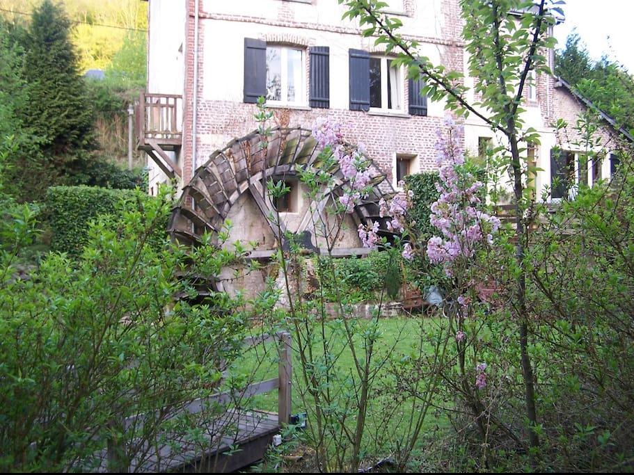 la maison et la roue du moulin