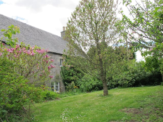 Country cottage 9 miles from St Andrews