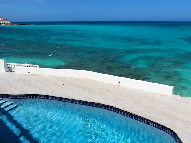 8 BEDROOM BY THE BEACH WELL LOCATED - Nassau - Villa
