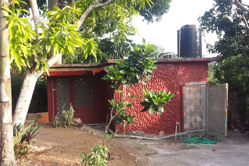guest house separate/private, queen bed,hotwater bathroom