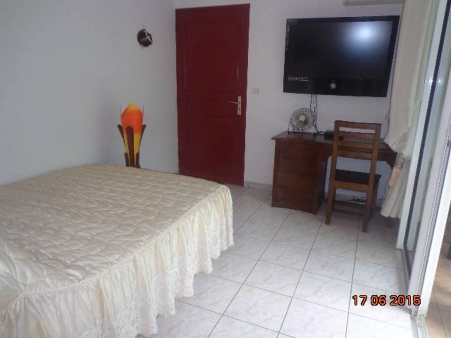 Chambre avec un grand Lit de 140/190 bureau et télévision écran plat