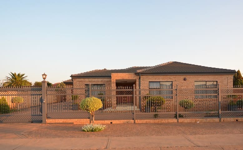 Beautiful Cozy Home&Secure Parking - Ga-Rankuwa - Casa