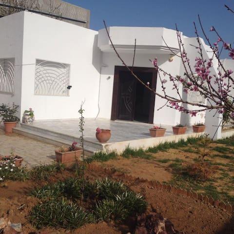 très belle maison a chott mariem - Sousse - House