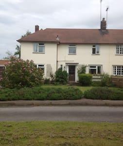 Quiet, semi rural location  - Ashbourne - Bed & Breakfast