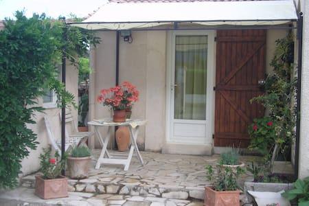 studio avec cuisine équipée - Ghisonaccia - Penzion (B&B)