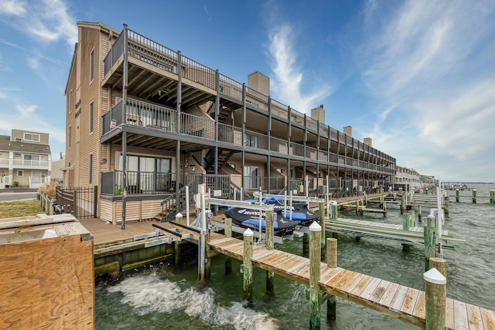 New listing! Stunning bayfront views & shared pool - walk everywhere!